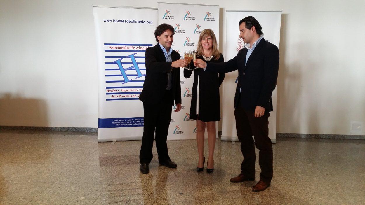 Colomer ha acompañado a los empresarios del sector hotelero de la provincia de Alicante a la celebración que realiza APHA con motivo de las fiestas navideñas