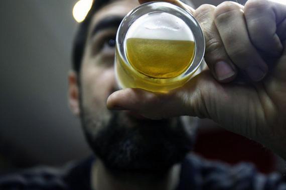 Jovenes bebiendo cervezas en un bar de Madrid el 17 de enero de 2012