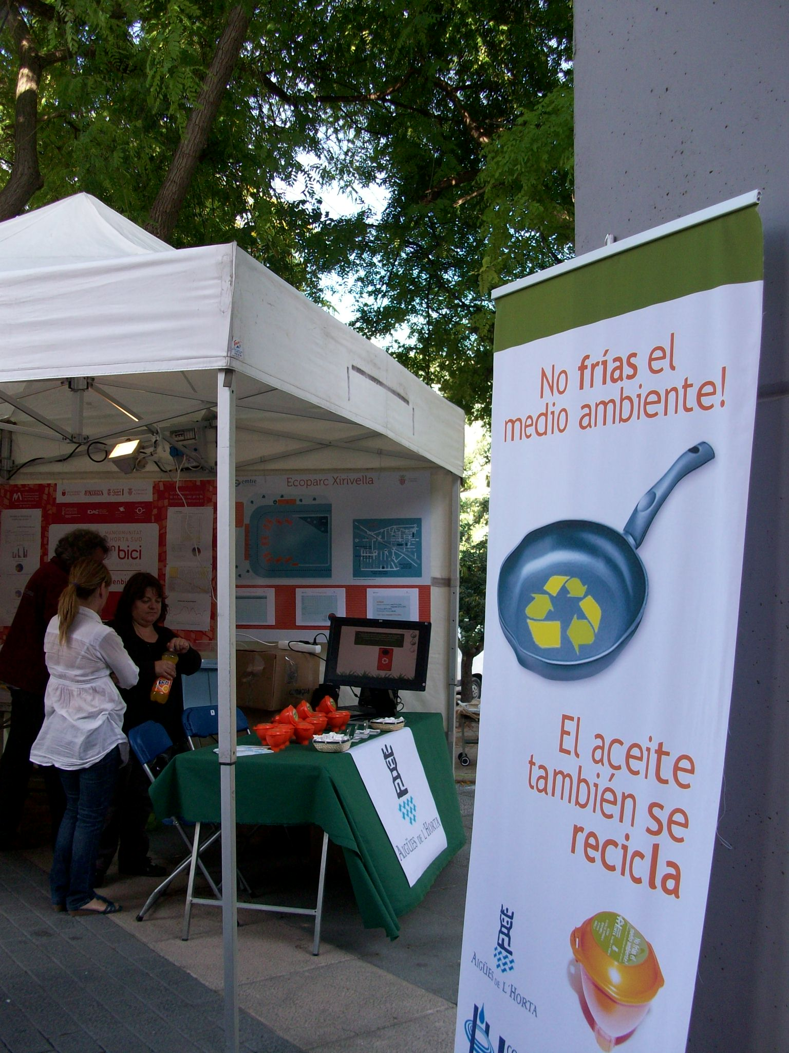 La campaña de recogida de aceite doméstico de Aigües de l'Horta impide la contaminación de más de 6 millones de litros de agua