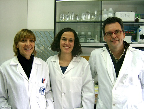 Alfonso Clemente, junto a dos investigadoras que forman parte de su grupo de investigación.