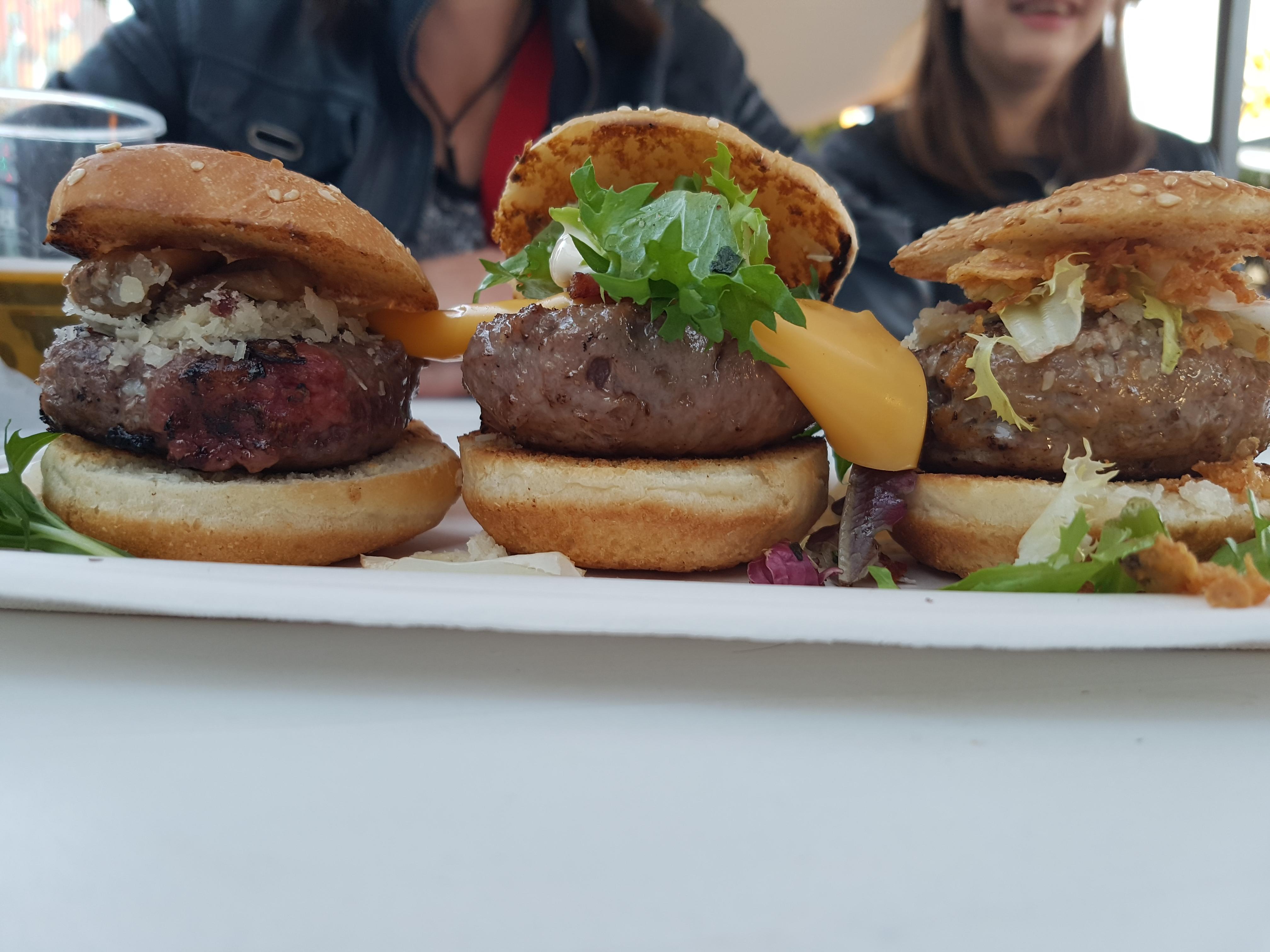 Degustación de hamburguesa de cebra – corzo y oriental en Onion