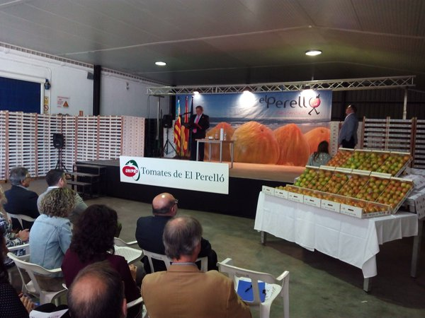 El primer lote de tomate valenciano de El Perelló se ha subastado por 1000 euros