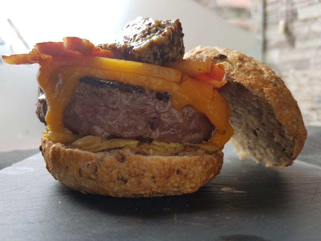 Hamburguesa Munich Chucrut, bacon, queso fundido y mostaza dulce con carne angus y pan gallego (22)