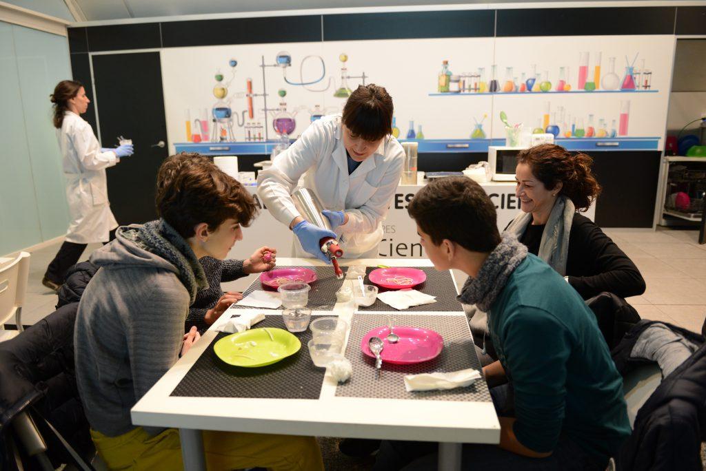 """El taller """"Moléculas sabrosas"""" del Museu de les Ciències descubre la cocina molecular por 3,50 euros"""