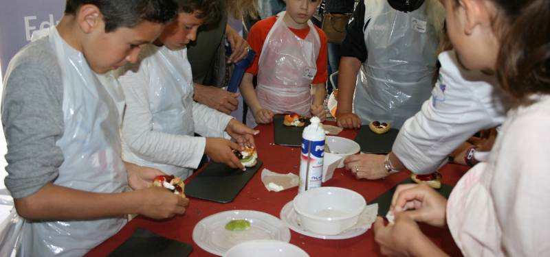 Los niños 'toman' el Mercado Central de Almazora con sus prácticas de cocina