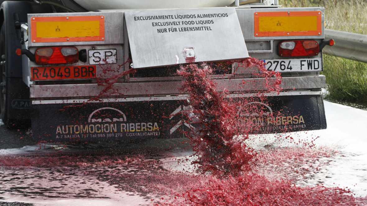Agricultores franceses vierten el vino de camiones españoles en protesta por el hundimiento de los precios