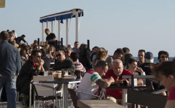 Valencia estudia obligar a bares y restaurantes a controlar el ruido fuera del local