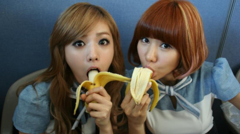 China prohíbe transmisiones en vivo de personas comiendo plátanos
