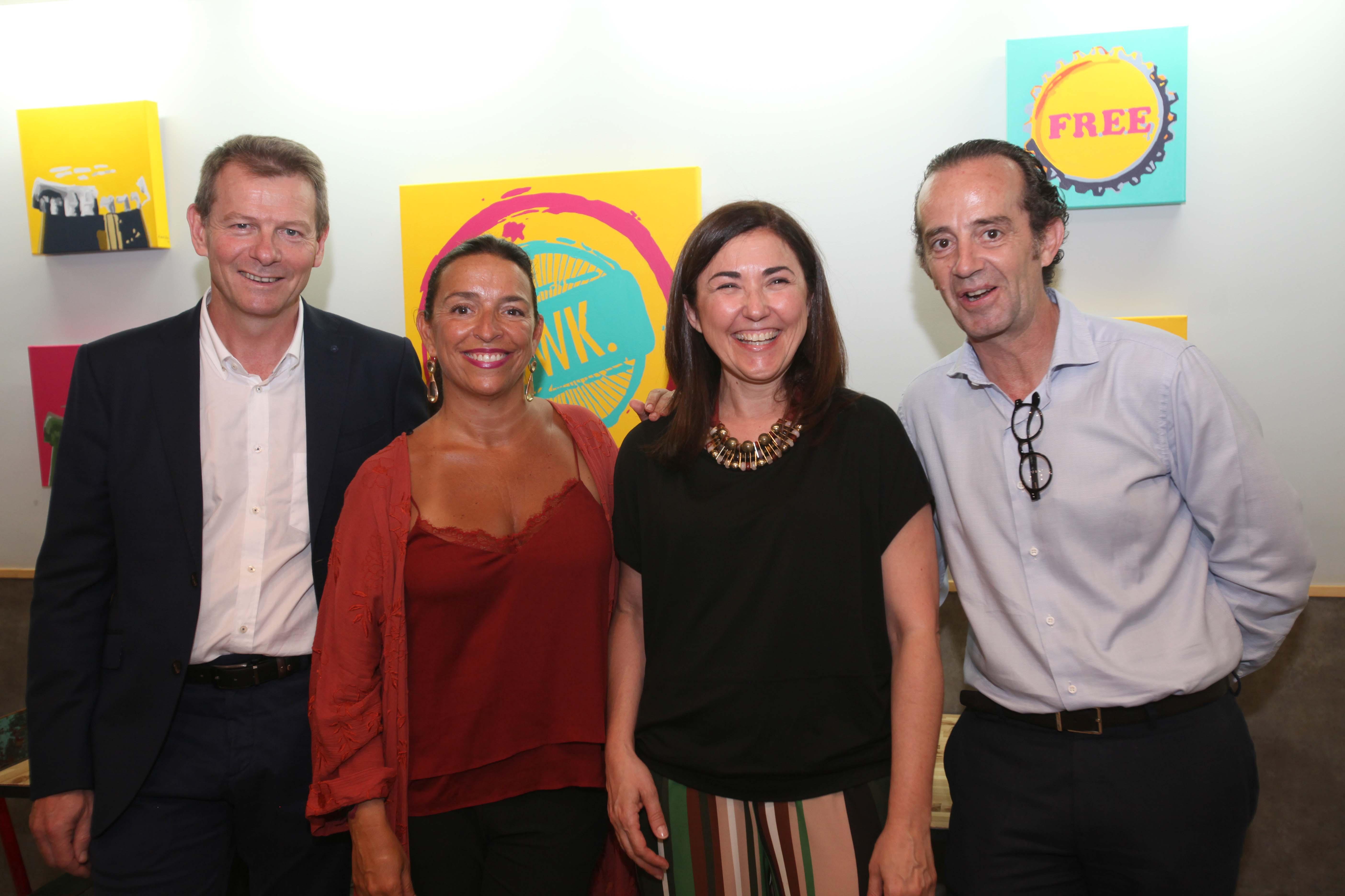"""Las Cervezas del Mercado by BWK rebosan en la inauguración de la exposición de María García de la Riva """"Chapa y pintura""""."""