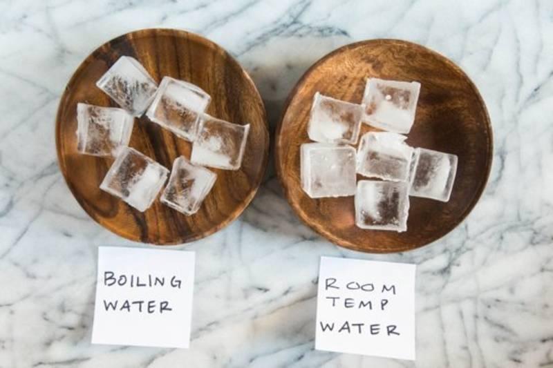 Para hacer cubitos de hielo totalmente cristalinos, hierve el agua antes de congelarla