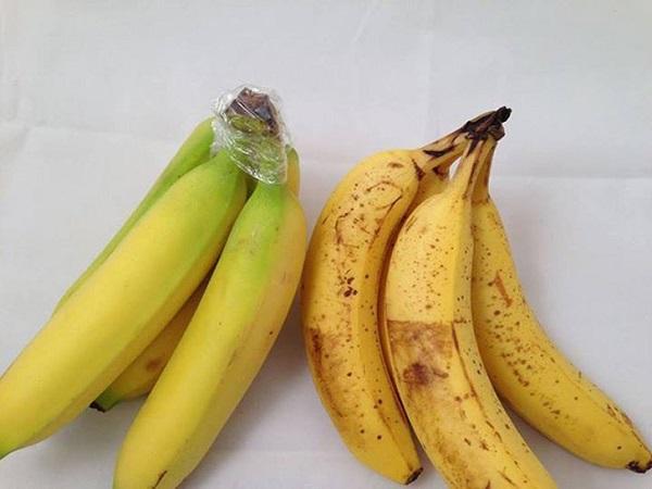 Si envuelves la parte superior de los racimos de plátanos con cinta adhes