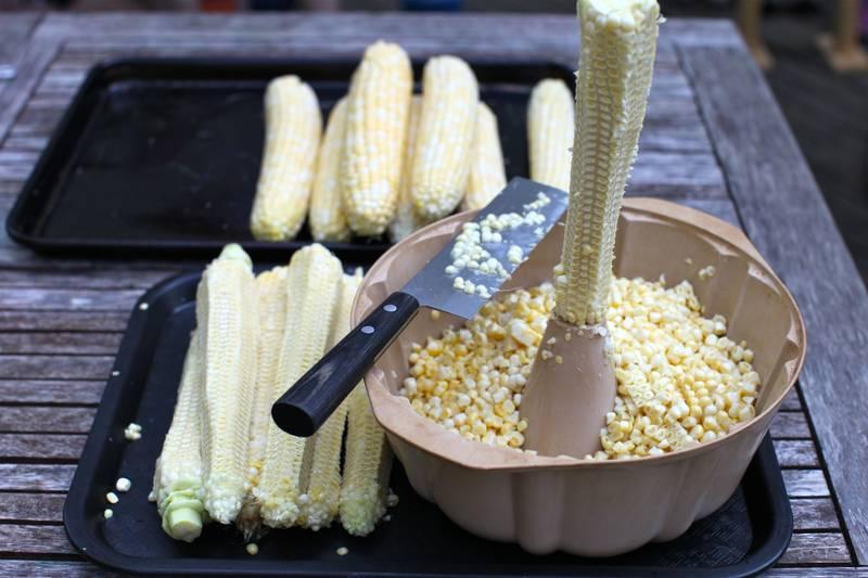 Utiliza un molde de gelatina para cortar un elote (maiz)