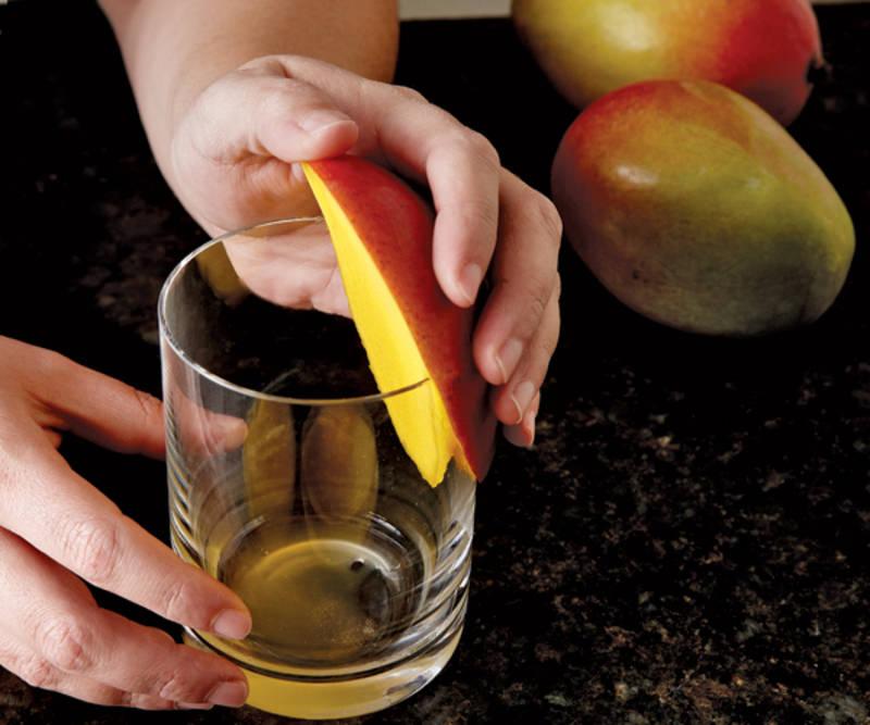 Utiliza un vaso para pelar perfectamente un mango. El mango, el kiwi y el aguacate