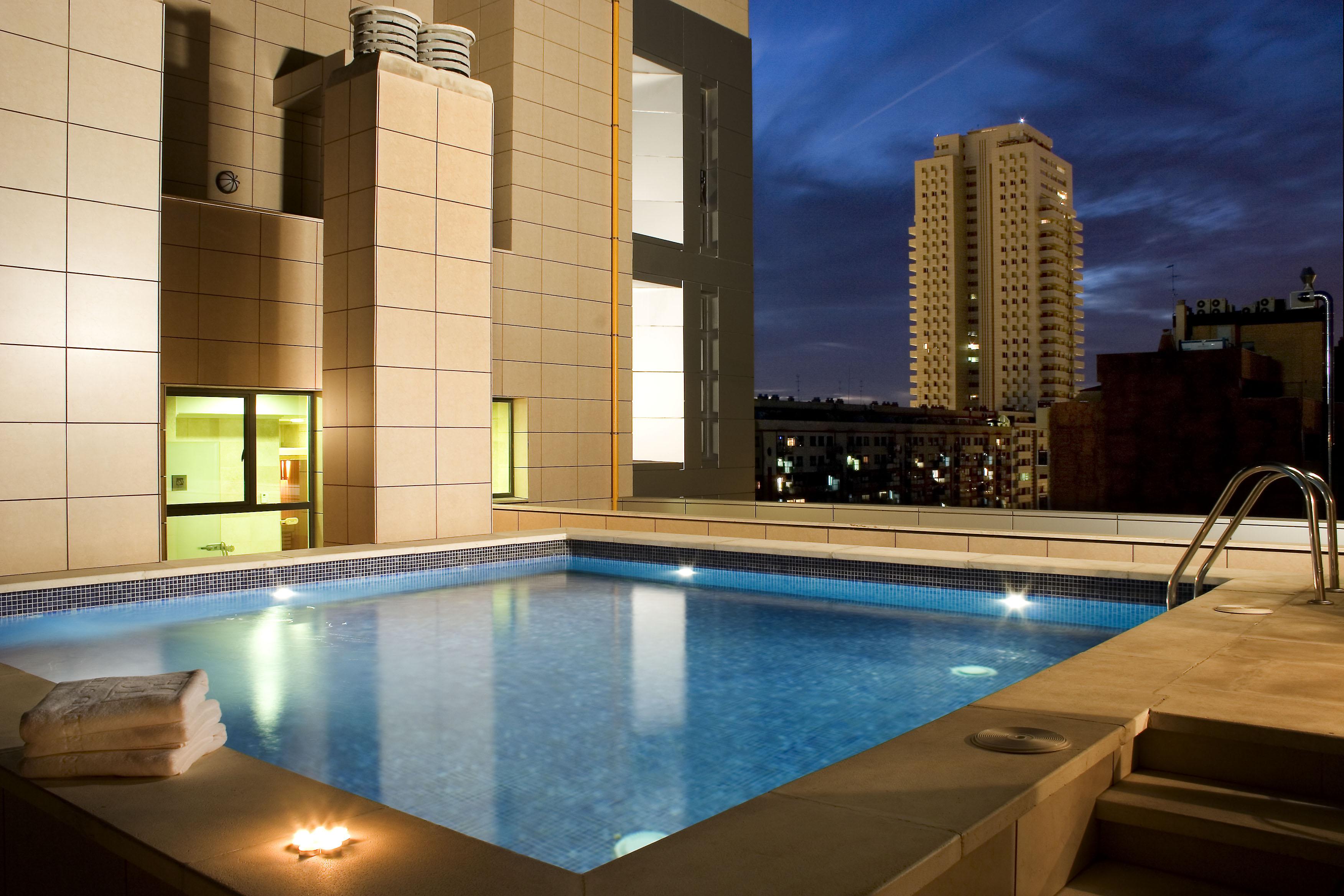 Hoteles center ofrece un espectacular recorrido por sus for Hoteles en valencia con piscina