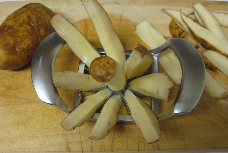 utiliza un cortador de manzana para cortar una patata