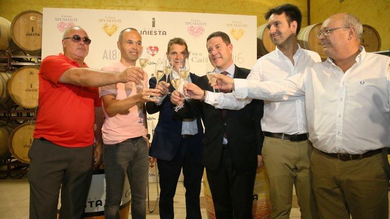 Dos vinos espumosos, uno blanco y uno rosado, amplían la bodega de Iniesta