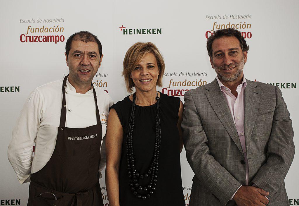 De izquierda a derecha, Jorge De Andrés, Chef Ejecutivo del Grupo La Sucursal; Mª Ángeles Rodríguez, Directora Fundación Cruzcampo; y Jesús Barrio, Director de la Escuela de Hostelería Fundación Cruzcam