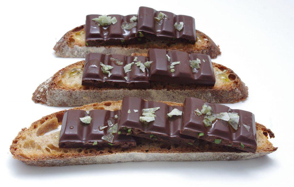 Postre de chocolate con hinojo marino y aceite de oliva extra con sal en escamas de lechuga de mar.