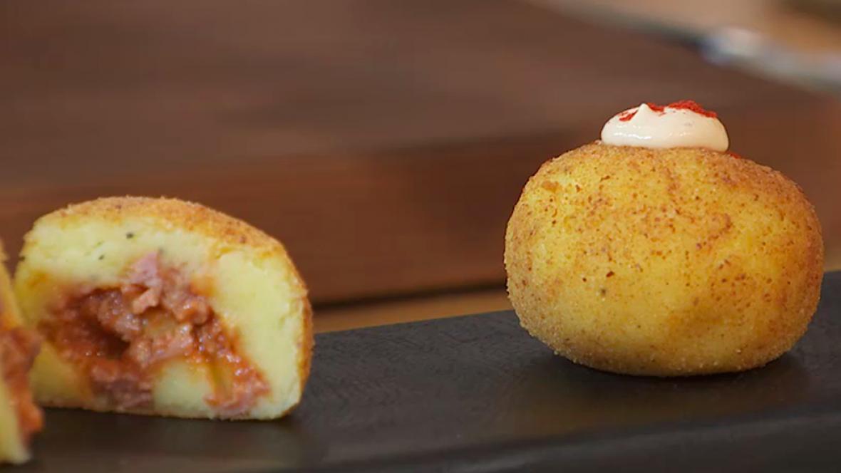 Bombas de patata y carne con salsa brava