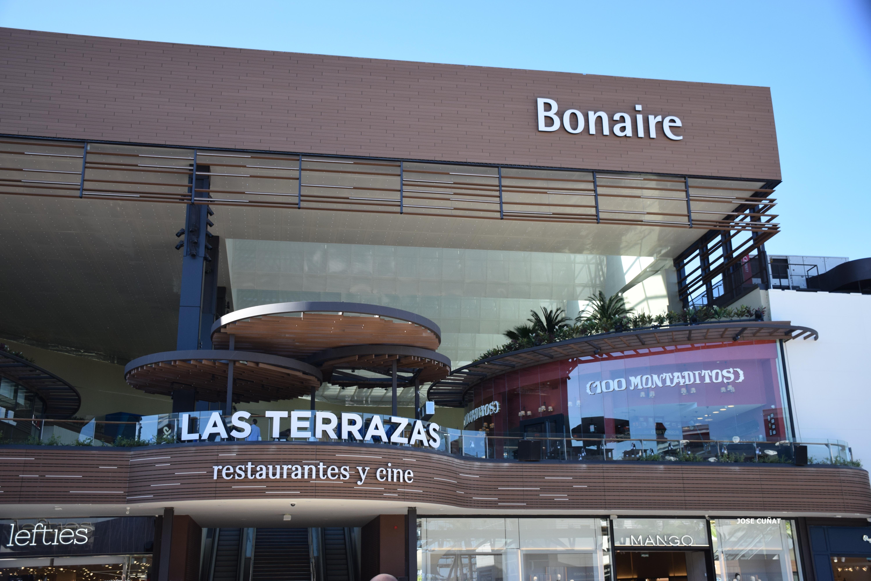Bonaire transforma su terraza en un restaurante parisino y sortea una cena romántica para diez parejas