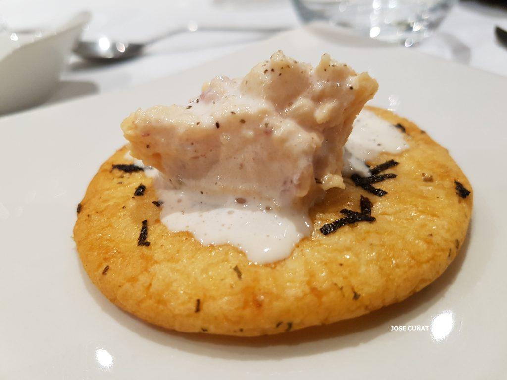 ensaladilla-de-atun-picante-con-patata-cocida-chile-chipotle-esmuna-de-datil-y-galleta-de-arroz-horneado-con-algas-20161118_221417