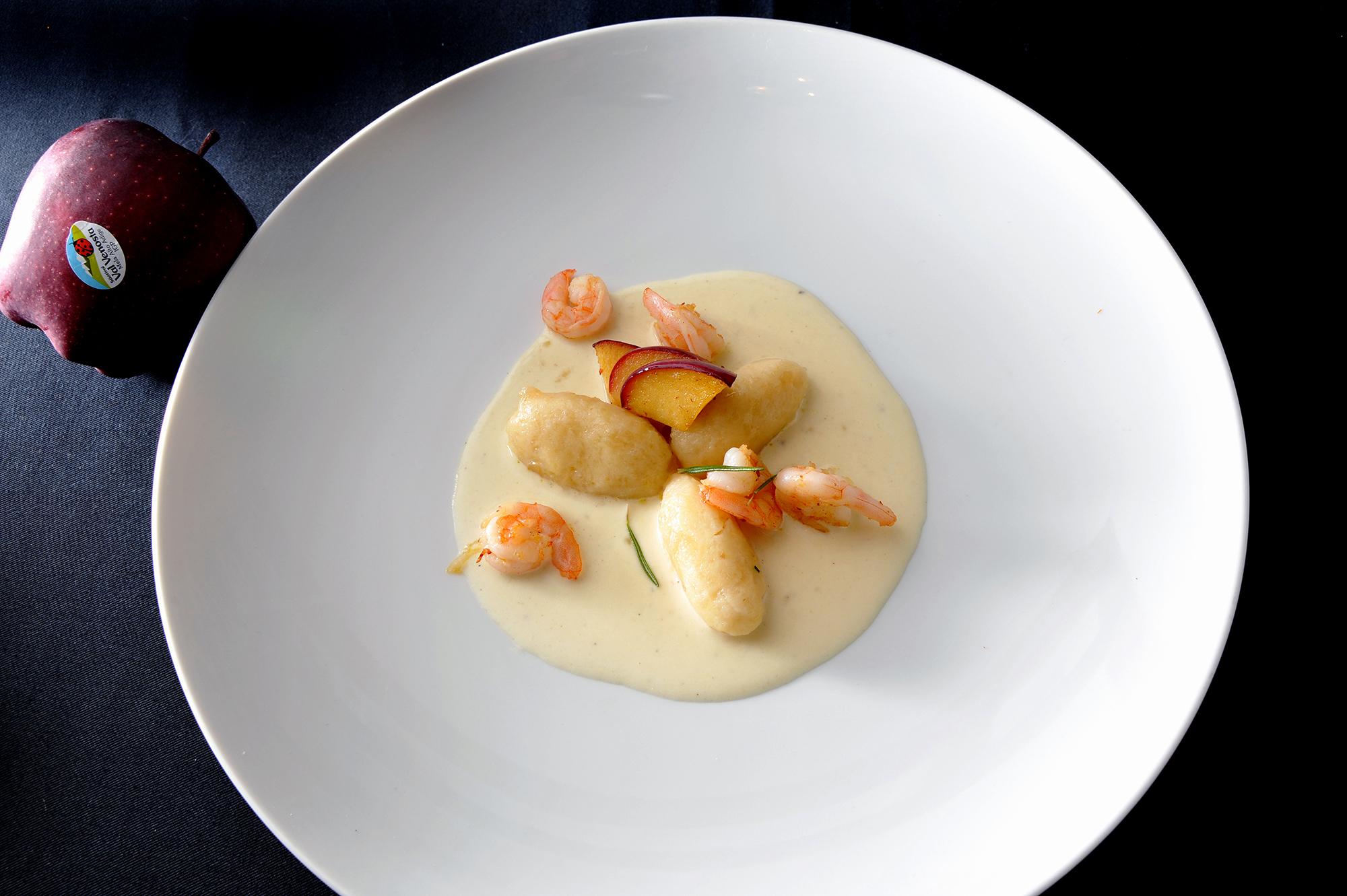 Ñoquis de manzana Val Venosta con gambas y salsa de parmesano Colesterol a raya