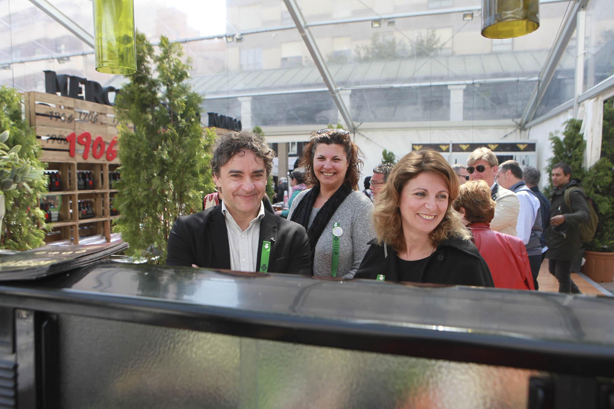 La alcaldesa, Amparo Marco, y el secretario autonómico de Turismo, Francesc Colomer, visitan el mercado gastronómico