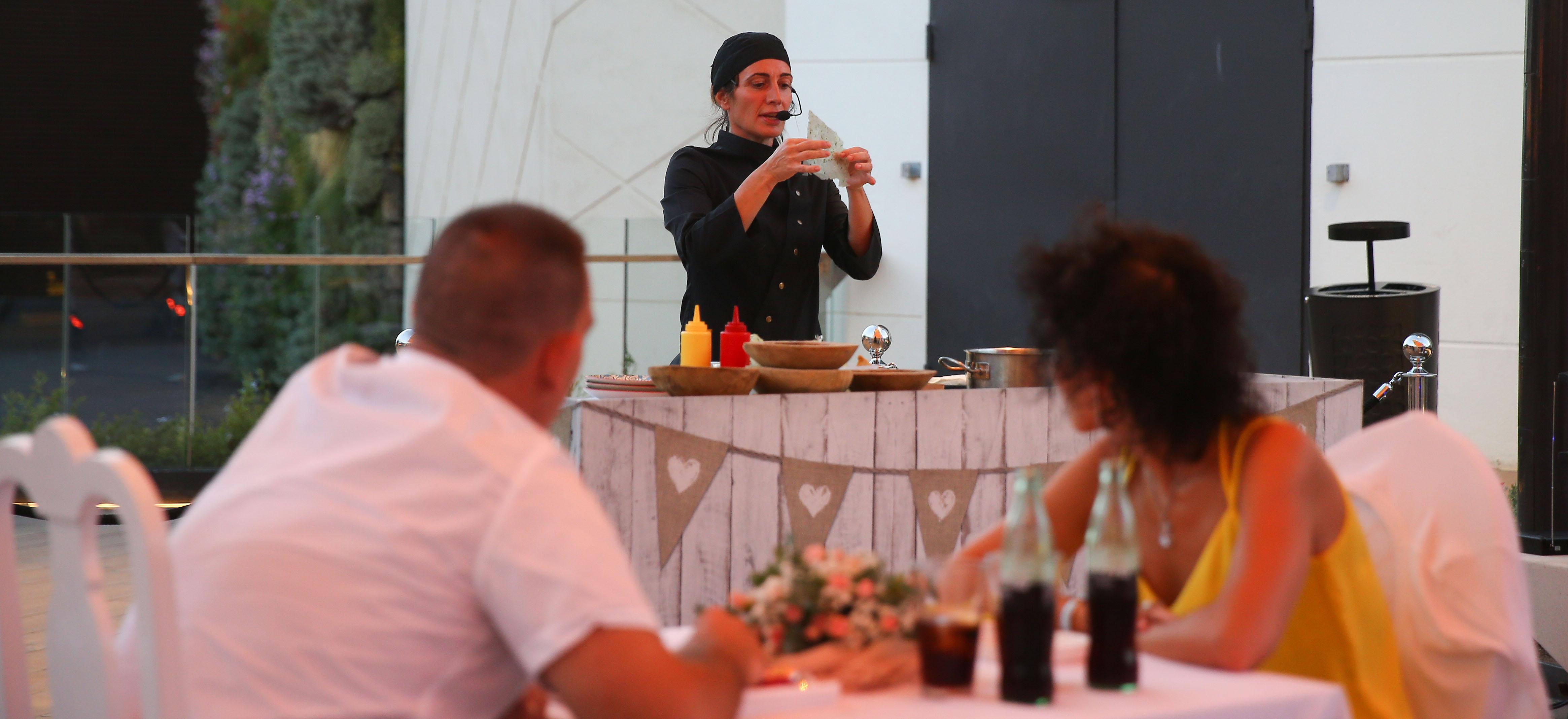 Los platos más exquisitos de Begoña Rodrigo deleitan a los ganadores de la cena romántica de las terrazas de Bonaire