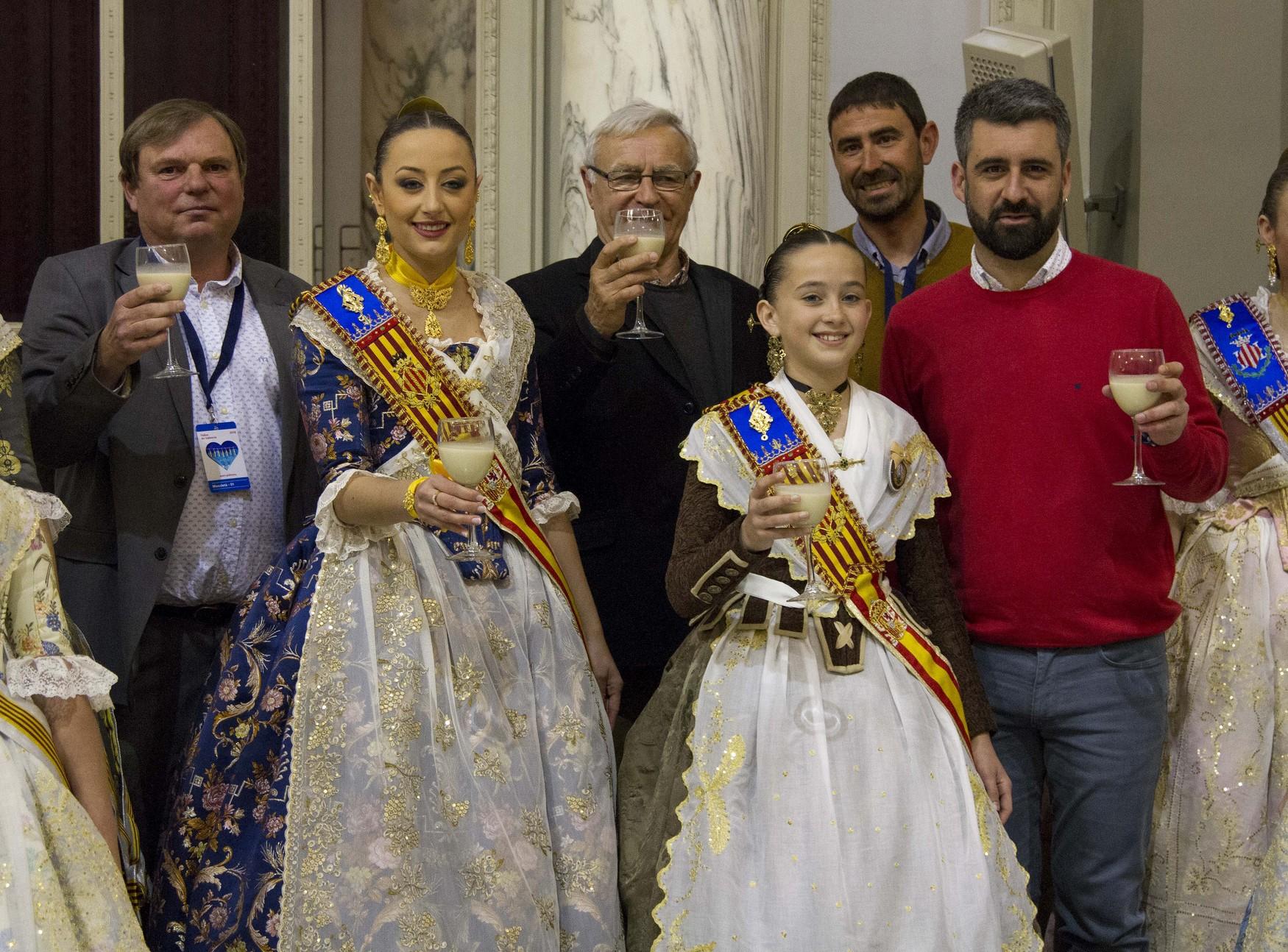 Las Falleras Mayores de Valencia brindan con horchata de chufa de Valencia