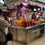 El buque de lujoThe World compra productos en el Mercado Central y graba un reportaje para su tv privada