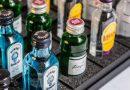 Uno de cada tres españoles se bebe las botellas de alcohol del minibar y luego las rellena con agua o zumo