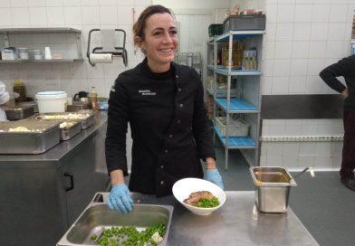La chef Begoña Rodrigo cocina para los usuarios de Casa Caridad