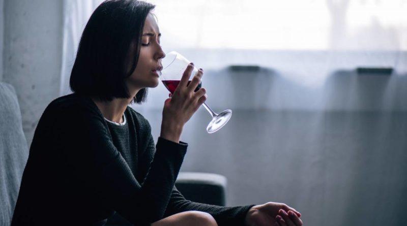Adicciones en cuarentena: el consumo no social del alcohol se destapa